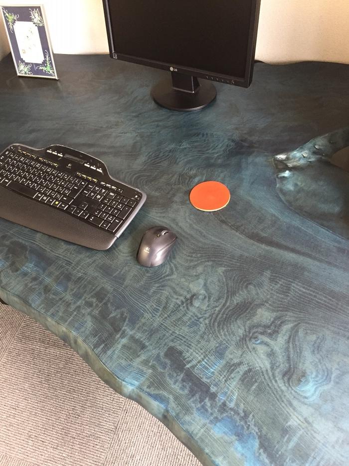 トチの藍染一枚板デスク